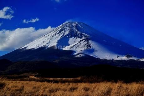 十里木高原より望む富士山と宝永火口の写真素材 [FYI01813780]
