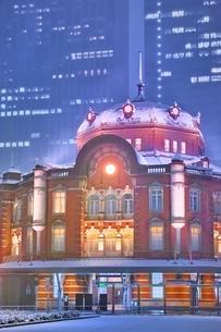 雪降る夜の東京駅の写真素材 [FYI01813783]