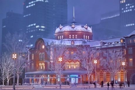 雪降る夜の東京駅の写真素材 [FYI01813789]
