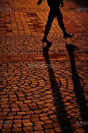 歩く女性のシルエットの写真素材 [FYI01813820]