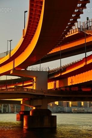 夕日を浴びたレインボーブリッジの写真素材 [FYI01813823]
