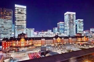 新丸ビルより望む東京駅夜景の写真素材 [FYI01813865]