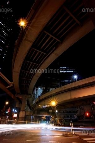 多くの車が行き交う西新宿ジャンクション付近の交差点の写真素材 [FYI01813878]