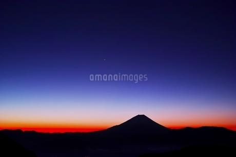 櫛形山池の茶屋林道より望む夜明け前の富士山の写真素材 [FYI01813884]
