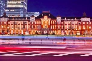 正面からの東京駅夜景の写真素材 [FYI01813899]