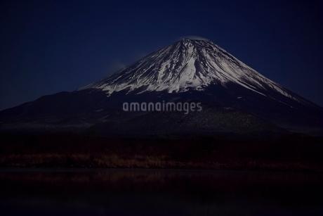 夜の精進湖より望む富士山山頂の写真素材 [FYI01813913]