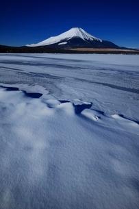 氷結した山中湖より望む富士山の写真素材 [FYI01813925]