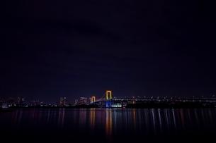 お台場海浜公園より望むレインボーブリッジ夜景の写真素材 [FYI01813966]