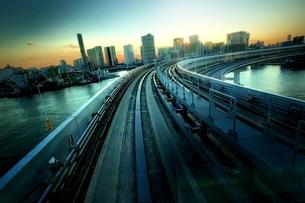 電車の車窓からみた東京湾岸エリアの写真素材 [FYI01813985]