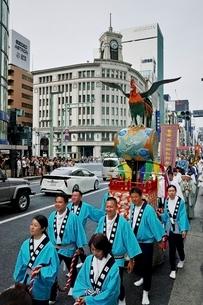 銀座四丁目をいく山王祭の祭行列の写真素材 [FYI01814012]