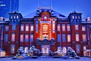 雪降る夜の東京駅の写真素材 [FYI01814036]