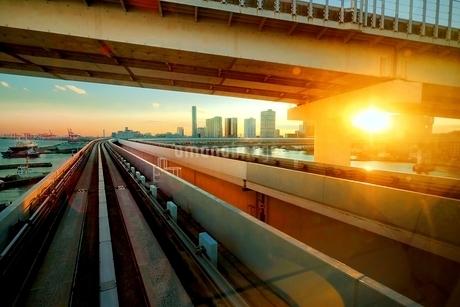電車の車窓からみた東京湾岸エリアの写真素材 [FYI01814057]