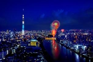美しい東京の夜景と隅田川花火大会の打上げ花火の写真素材 [FYI01814065]