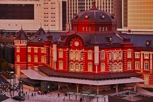 夕日の染まる東京駅の写真素材 [FYI01814083]
