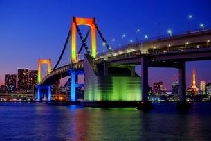 虹色にライトアップされたレインボーブリッジの写真素材 [FYI01814100]