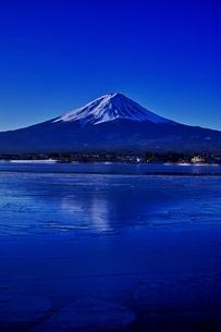 氷結した河口湖より望む富士山の写真素材 [FYI01814111]