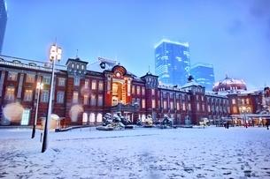 雪降る夜の東京駅の写真素材 [FYI01814126]