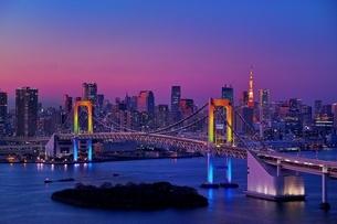 虹色にライトアップされたレインボーブリッジの写真素材 [FYI01814183]
