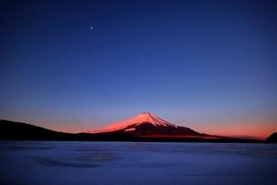 氷結した山中湖より望む紅富士の写真素材 [FYI01814185]