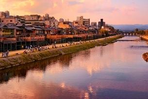 夕暮れの鴨川の写真素材 [FYI01814213]