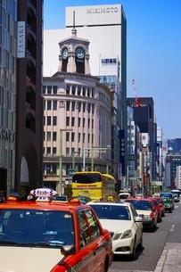 タクシーでにぎわう銀座四丁目の写真素材 [FYI01814298]