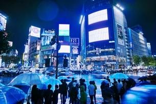 雨の夜に混雑する渋谷スクランブル交差点の写真素材 [FYI01814365]
