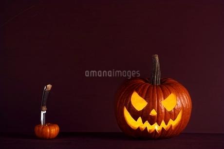 ナイフを持つハロウィンカボチャの写真素材 [FYI01814371]