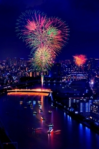 隅田川を見下ろしながら眺める隅田川花火大会の打上げ花火の写真素材 [FYI01814415]
