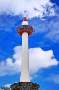青空と雲と京都タワーの写真素材 [FYI01814469]