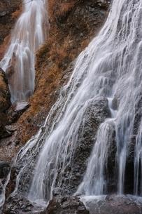 秋の乗鞍高原の三本滝の写真素材 [FYI01814478]