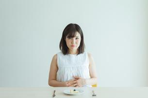 ダイエット中の女性の写真素材 [FYI01814529]