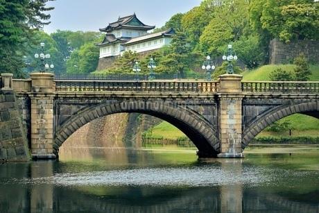 新緑の皇居二重橋の写真素材 [FYI01814547]