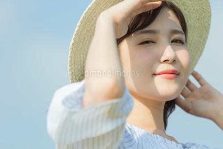 麦わら帽子を被った女性の写真素材 [FYI01814580]