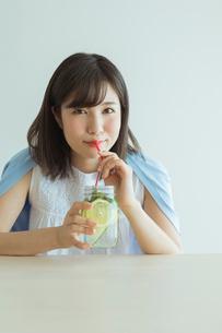 デトックスウォーターを飲む女性の写真素材 [FYI01814584]