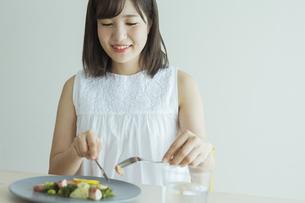 笑顔で食事をする女性の写真素材 [FYI01814586]