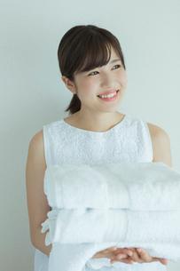 タオルを持つ20代女性の写真素材 [FYI01814595]
