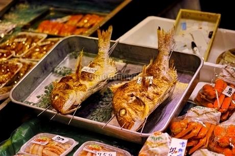 大晦日の錦市場に並ぶ鯛の写真素材 [FYI01814603]
