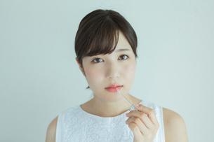 化粧をする20代女性のポートレートの写真素材 [FYI01814604]