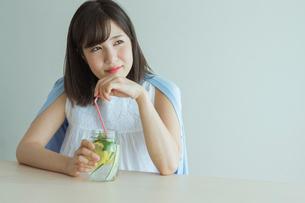 デトックスウォーターを飲む女性の写真素材 [FYI01814606]