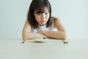 ダイエット中の女性の写真素材 [FYI01814621]