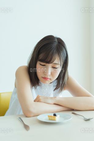 ダイエット中の女性の写真素材 [FYI01814641]