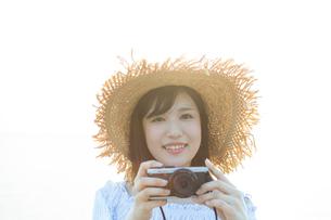 カメラを持った女性の写真素材 [FYI01814653]