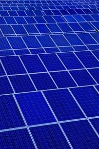 広大な太陽光発電パネルの写真素材 [FYI01814673]