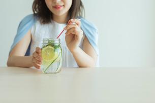 デトックスウォーターを飲む女性の写真素材 [FYI01814679]