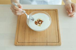 ヨーグルトを食べる女性の写真素材 [FYI01814680]