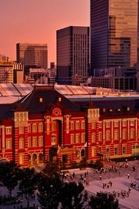 夕日の染まる東京駅の写真素材 [FYI01814689]