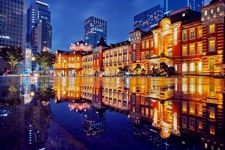 雨上がりの東京駅夜の写真素材 [FYI01814690]
