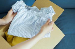 服を手に取る女性の写真素材 [FYI01814717]