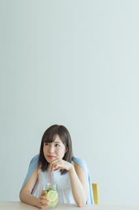 デトックスウォーターを飲む女性の写真素材 [FYI01814718]