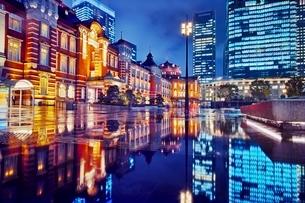 雨上がりの東京駅夜景の写真素材 [FYI01814719]